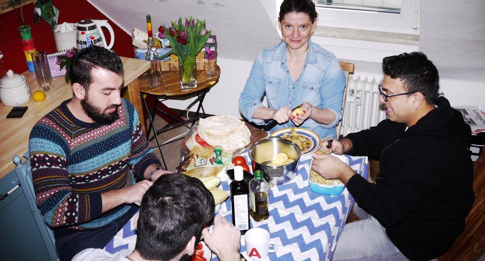 drei-syrer-an-meinem-esstisch-kueche